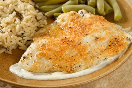 Tilapia mit Parmesan Sauce, Reis und grünen Bohnen Standard-Bild - 12741439