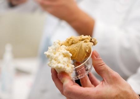 man's hand serving a customer frozen gelato Banque d'images