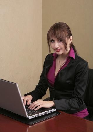 twenties brunette  professional typing on a laptop computer Banque d'images