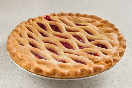whole cherry pie on a kitchen counter ready to serve Banque d'images