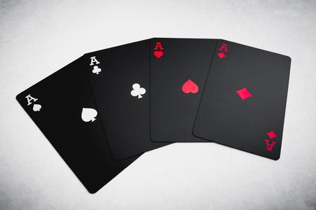 Vier schwarze farbige Asse auf Tabelle . Spielkarten Standard-Bild - 98092900