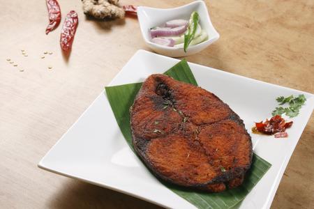 pescado frito: Una fritura de pescado es una comida por lo general consiste en pescado maltratada y frito Foto de archivo
