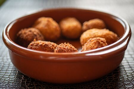 Cheese croquettes in a clay pan Stockfoto