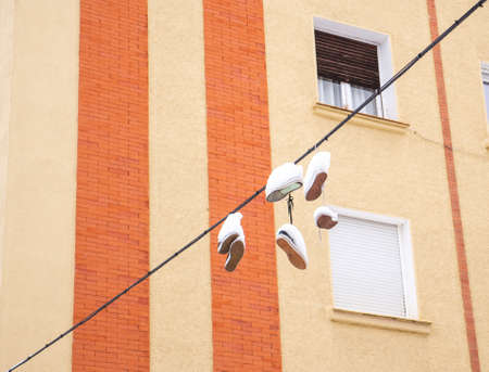 """Snow covered sneakers hanging from high voltage cables in a Madrid street during """"Filomena"""" storm. Standard-Bild"""