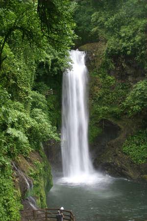 the cascade: Maravillosa cascada de la paz en Costa Rica  Foto de archivo