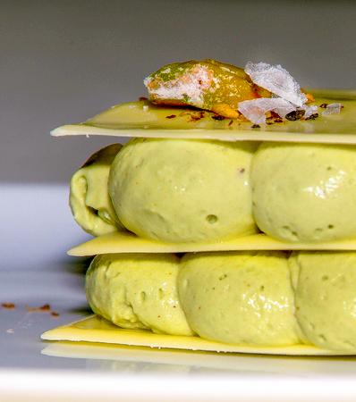 Plato de Cremoso de pistacho del movimiento de la nueva cocina Vasca