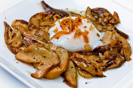 Hongos asados con huevo a baja temperatura Banque d'images - 115242818