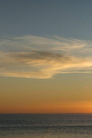Piękne niebo o zachodzie słońca na plaży.