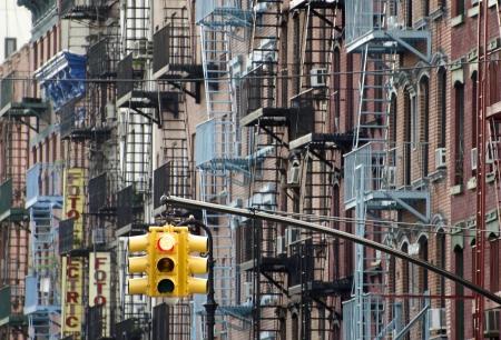 lower east side: Fachadas en una calle en el Lower East Side, Nueva York