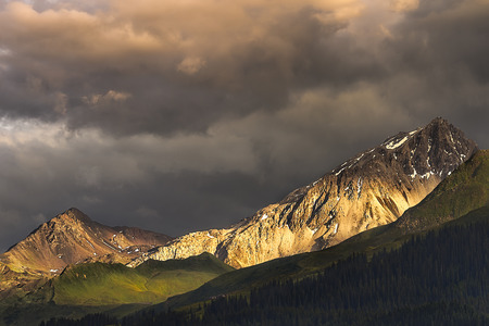 View of some mountain peaks during a thunderstorm in Pr?ttigau. Pr?ttigau is a region of the canton of Graub?nden in the Swiss Alps of Switzerland. Standard-Bild - 115069016