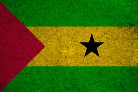 principe: Sao Tome y Principe bandera en un viejo fondo del grunge Foto de archivo
