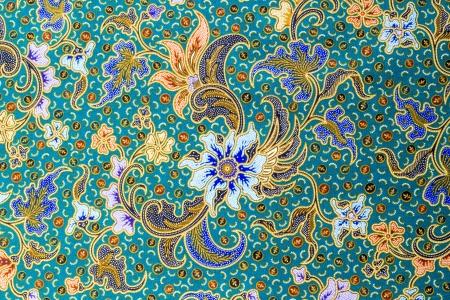 batik: Motif floral bleu sur fond de tissu bleu Banque d'images