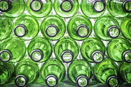 reciclar: Primer vac�o de la botella de fondo verde de la cerveza Foto de archivo