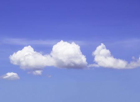 Nahaufnahme blauer Himmel mit flauschige Wolken Hintergrund Standard-Bild
