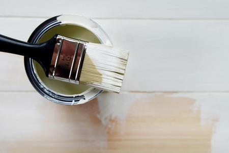 Open Paint Kan melkachtig wit Kleur en Brush. Deel van houten bakground is al geschilderd.