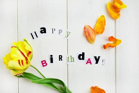 petites fleurs: Lettres Happy Birthday D�coupez de Magazine et jaune Tulip