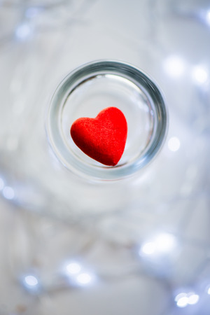 matrimonio feliz: Corazón rojo y luces en el fondo, concepto del día de San Valentín feliz Foto de archivo