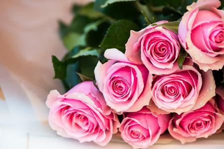arreglo de flores: Ramo de rosas rosadas hermosas
