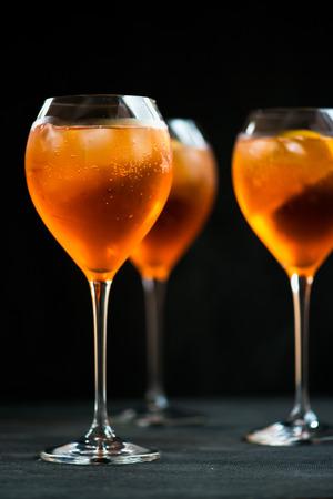 Zomer verfrissend aperitief drinken Aperol Spritz, donkere achtergrond