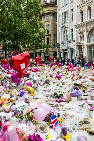 MANCHESTER, ENGELAND - 28 MEI 2017: Bloemen, ballonnen en speelgoed op St Ann's Square in Manchester als een eerbetoon aan de slachtoffers van de Manchester Arena Attack