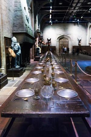 LEAVESDEN, Verenigd Koninkrijk - 24 maart 2017: De set van de grote zaal als Hogwarts. De hal bevindt zich in de studio van Warner Brothers en kan bezocht worden tijdens de Making of Harry Potter-tour. De studio ligt in de buurt van Londen in Leavesden, Verenigd Koninkrijk