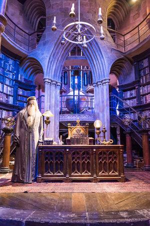 LEAVESDEN, Verenigd Koninkrijk - 24 maart 2017: De set van het kantoor van Dumbledores op Hogwarts. De set bevindt zich in de studio van Warner Brothers en kan bezocht worden tijdens de Making of Harry Potter-tour. De studio ligt in de buurt van Londen in Leavesden, Verenigd Koninkrijk Redactioneel