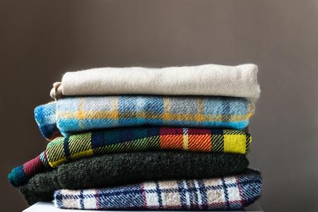 Pila di coperte controllate lana, autunno e inverno concetto Archivio Fotografico - 88472783
