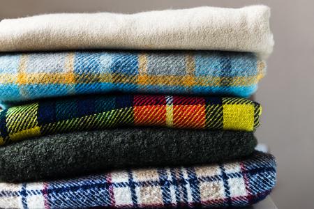 Pila de mantas de lana revisadas, concepto de otoño e invierno Foto de archivo