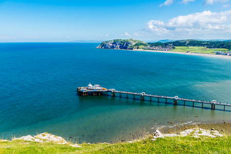 Hermoso día de verano en Llandudno Sea Front en el norte de Gales, Reino Unido Foto de archivo