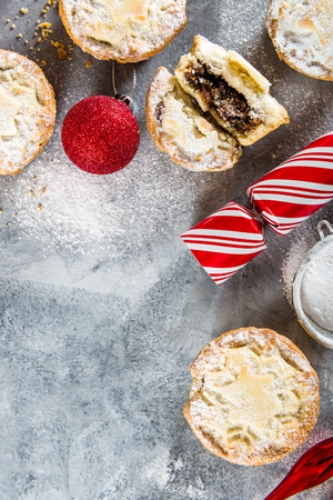 Mince pies, traditional christmas food made from all butter shortcrust pastry pies deep filled with plump vine fruits, such as cranberries, clementine, cherries and brandy, flat lay Stock fotó