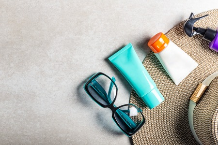 Sunscreen products on grey background, flat lay. Spring and summer protection against the Sun Stockfoto