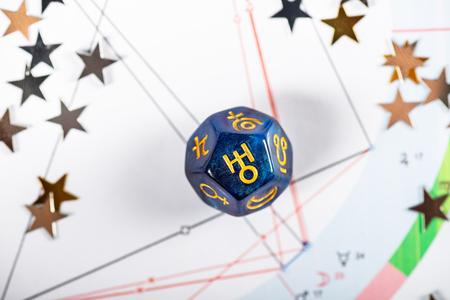 Dados de astrología con el símbolo del planeta Urano en el fondo de la carta natal