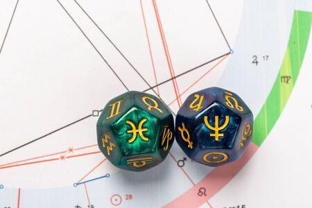 Astrologiewürfel mit Sternzeichen der Fische 19. Februar - 20. März und seines herrschenden Planeten Neptun