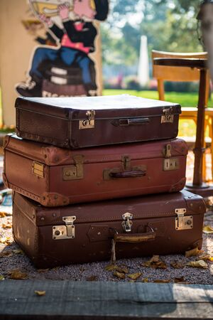 Pile of Vintage Suitcases on the French Flea Market Stockfoto