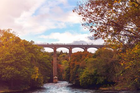 Pontcysyllte Aqueduct is a navigable aqueduct that carries the Llangollen Canal across the River Dee in the Vale of Llangollen in north east Wales, UK. Autumn Scenery Reklamní fotografie