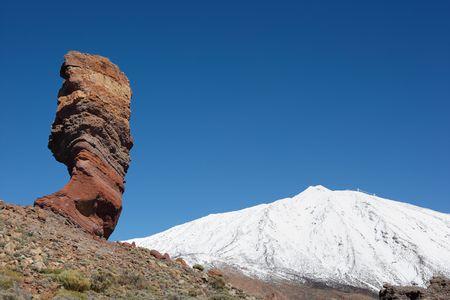 꼭대기가 눈으로 덮인: Los Roques and snowcapped volcano Mt. Teide, Tenerife