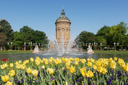 Wasserturm (watertoren) in Mannheim, Duitsland met gele tulpen