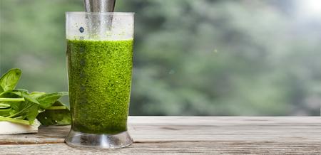 Gezond eten. Detox spinazie. een glas detoxdrank staat op een houten vensterbank