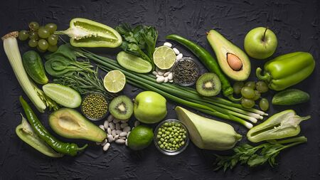 Healthy Composition of raw green vegetables and fruits. Cancer prevention - green food. Banque d'images