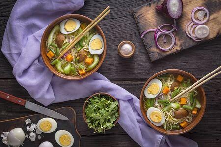Udon-Nudelsuppe mit Gemüse. Vegetarisches Essen. Standard-Bild