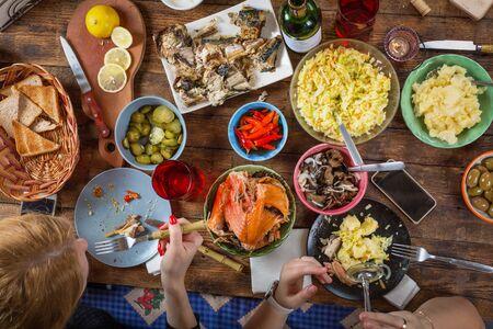 Fiesta de celebración tradicional del día de acción de gracias. Plano de familia comiendo. Mesa navideña festiva, vista aérea