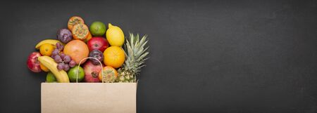Supermarket paper bag Filled with fresh and tasty fruits. Healthy food. Archivio Fotografico