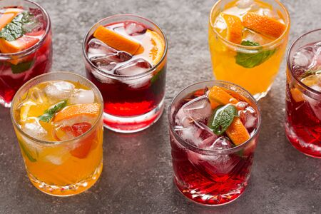 Summer fruit drinks and ice water, top view Imagens