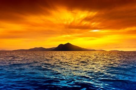 일몰 동안 섬의 경치를 볼 수 있습니다.