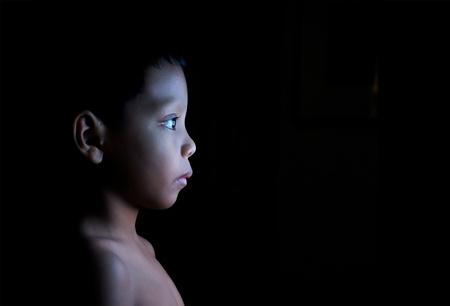 viendo television: Niño mirando estática en la televisión en la oscuridad Foto de archivo