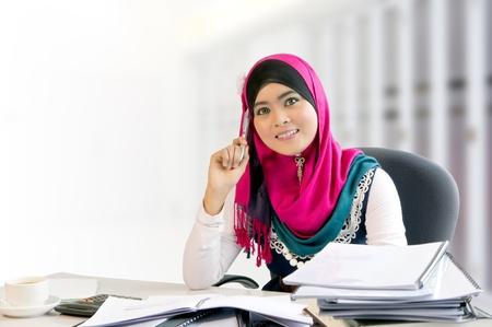 femmes muslim: La confiance et le sourire de jeune femme d'affaires musulman occupé tout en travaillant