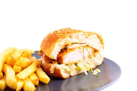 hamburguesa de pollo: Hamburguesa de pollo crujiente con patatas fritas Foto de archivo