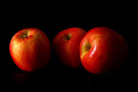 Apple 3 palle, sfondo nero Archivio Fotografico - 90779111