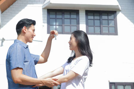 Asian couples buy houses to stay together. Men give house keys to women. The concept of starting a happy family Standard-Bild