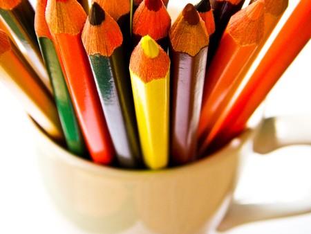 lápis de cor em uma cub